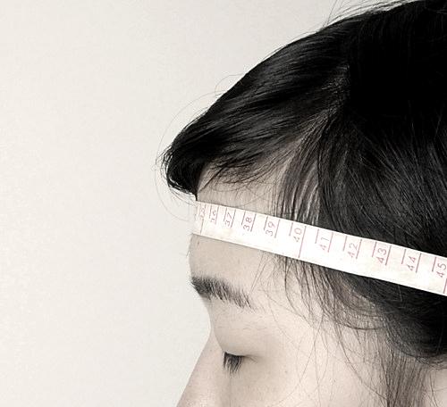 帽子のサイズ>おでこの髪の生え際近くを通る。