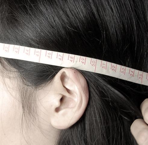 帽子のサイズ>耳の一番上の部分を通る。