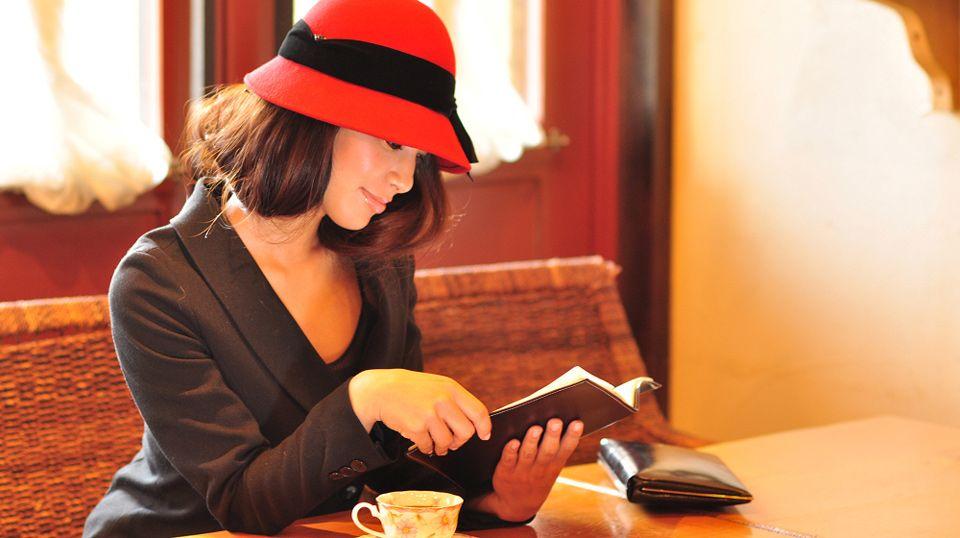 青い帽子:新たなこれからに期待を寄せる
